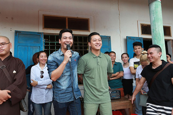 Tuấn Hưng, Phan Anh trao 800 triệu cho ngư dân Quảng Bình