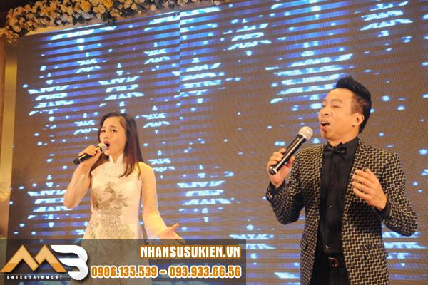 Ca sĩ Việt Hoàn song ca tình tứ cùng Hà Nguyễn Idol