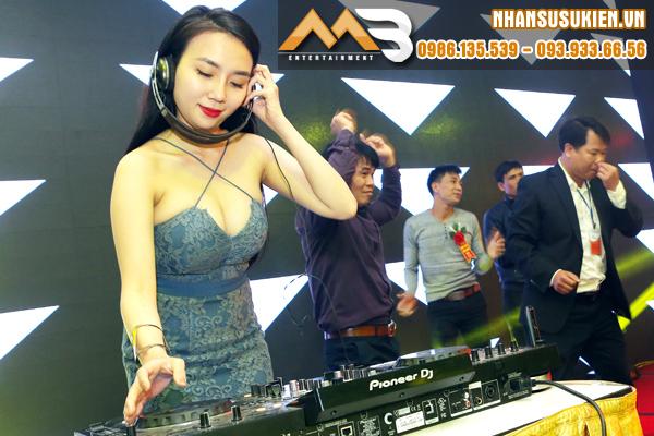 DJ Thảo Bebe và các vũ công Pink-key nóng bỏng tại Almaz Long Biên