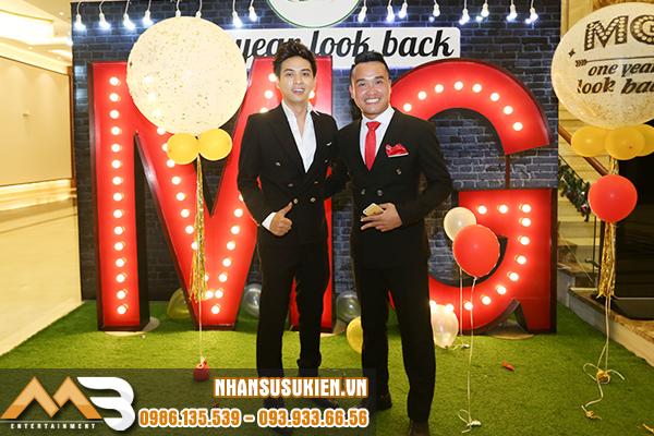 MC Tiến Vũ quậy tưng bừng cùng Hồ Quang Hiếu trong One year Look back MG 2017