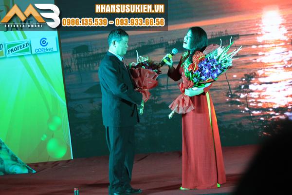 Ca sĩ Anh Thơ duyên dáng trẻ trung biểu diễn tại hội nghị khách hàng